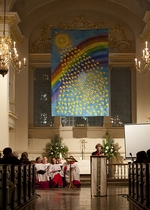 Barbara Kentish speaks at St Martin-in-the-Fields beneath the 100 Days of Peace banner